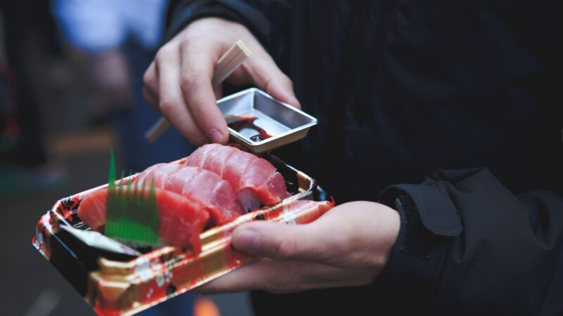 东京25岁女子吃生鱼片喉咙痛 夹出4厘米蛔虫