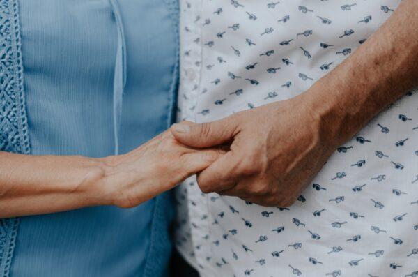 結縭62年老夫妻在病床上手牽手訣別 惹哭眾人