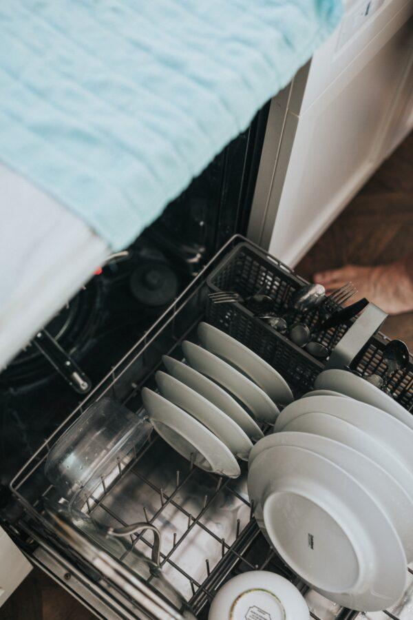 美婦人到安養院當洗碗工 只為與失智丈夫見面