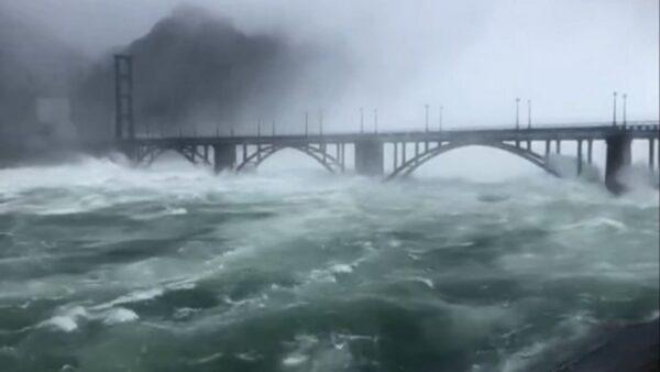 华东最大水库9孔齐开狂泄 水位飙108米仍在涨(视频)