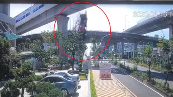畫面曝光!高雄水泥車從17米高架橋墜地 司機不治