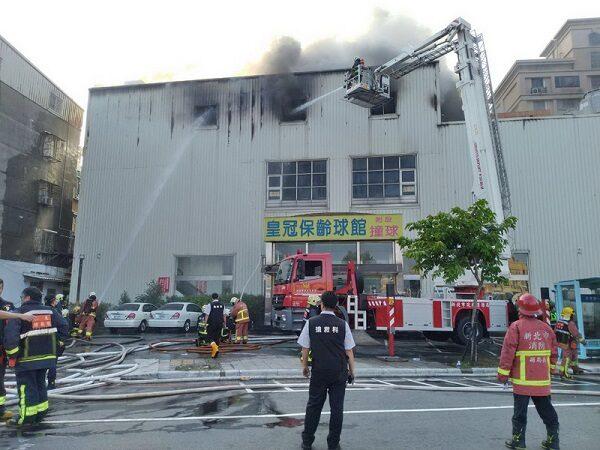 新北保龄球馆突发火警  上千坪建筑陷火海13人逃生