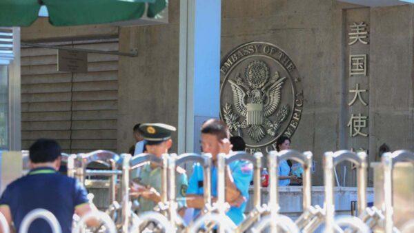"""美驻北京使馆徽章删""""中国"""" 蓬佩奥称台湾为国家"""