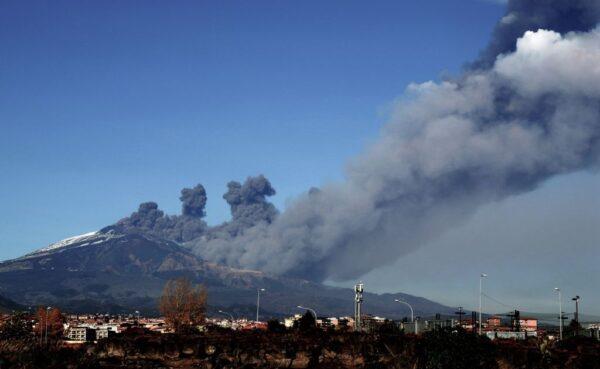 噴發黑色灰雲 西西里島埃特納火山出現活動跡象
