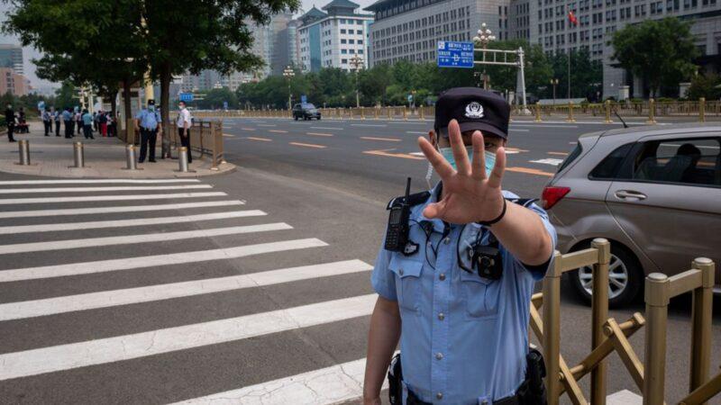 習近平給警察授旗 網友:中共警察變「黨衛軍」
