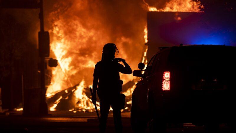 【名家专栏】美国共产分子乐见警察局被焚毁