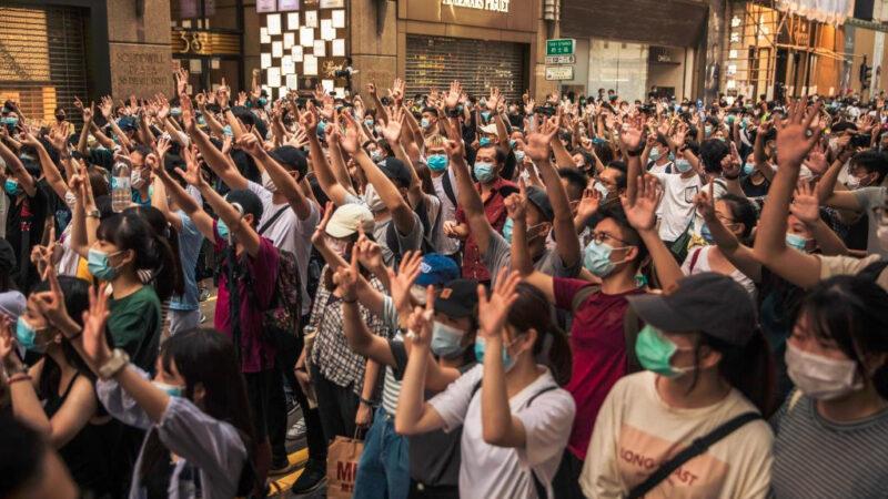 香港课本被迫改版 删去三权分立与新闻自由