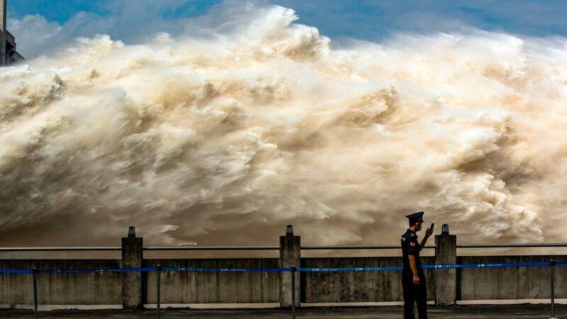 """中国防洪""""南北双线作战"""" 重庆水位超百年记录(视频)"""