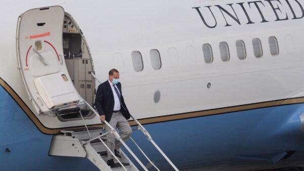美衛生部長高規格訪台 航母做「保鏢」