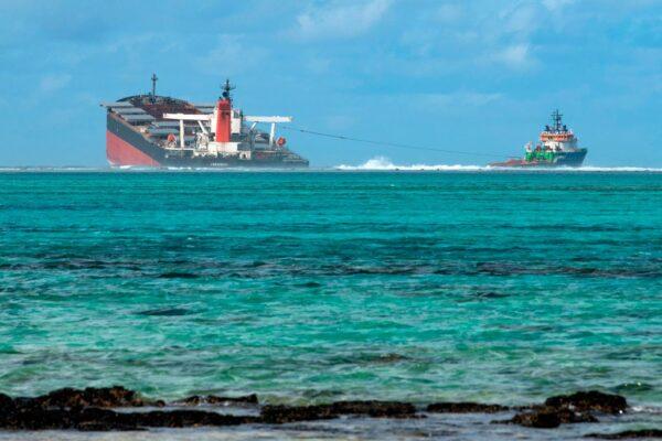 日本貨輪模里西斯觸礁漏油 船身斷裂成兩半