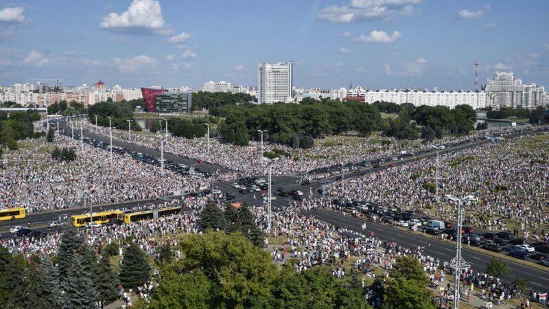 白俄罗斯20万人集会反极权 央视称民众撑政府