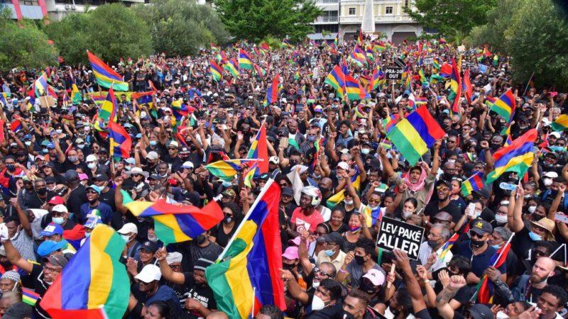 40年来首见 模里西斯逾7万人上街抗议重油外泄