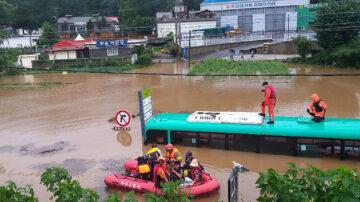韩国暴雨成灾至少21死11失踪 土石流警报升至最高等级