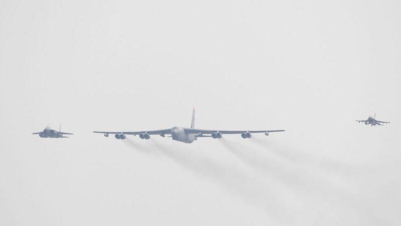 威慑俄罗斯 美军6架轰炸机飞越北约30个成员国