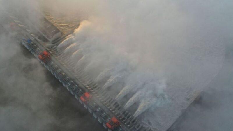 遭遇建壩以來最大洪峰 三峽大壩開10孔洩洪