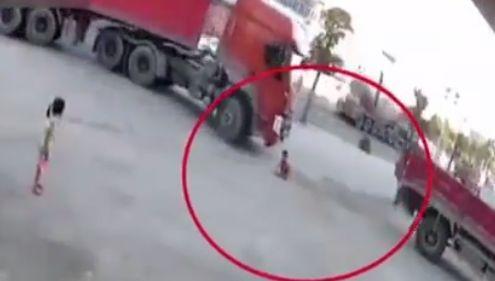 广西6岁童遭货车卷入车底 急中生智死里逃生