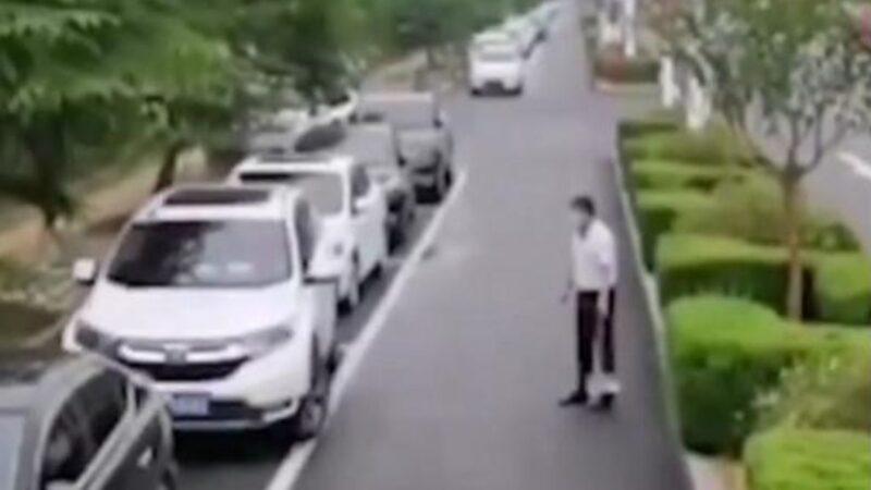 """武汉男路边停车卡关 环卫阿姨受不了:""""我来"""""""