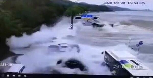 驚險!錢塘江潮水發威 十多輛轎車被硬生沖走