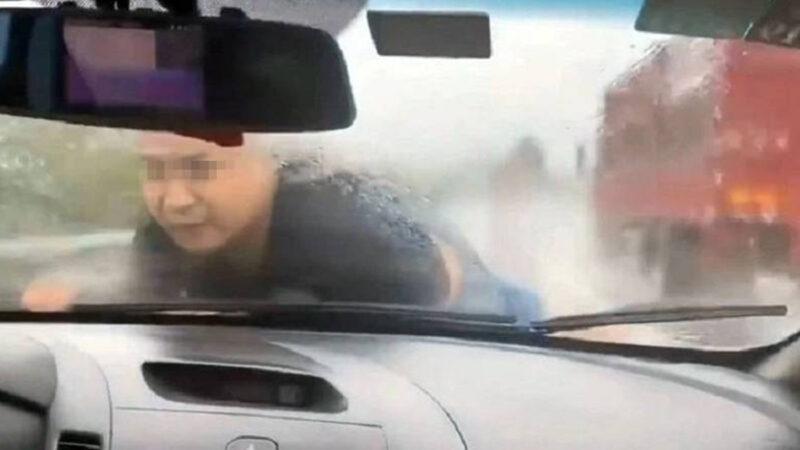 """惊!轿车引擎盖""""顶人""""狂飙 男子冒雨强撑30公里"""