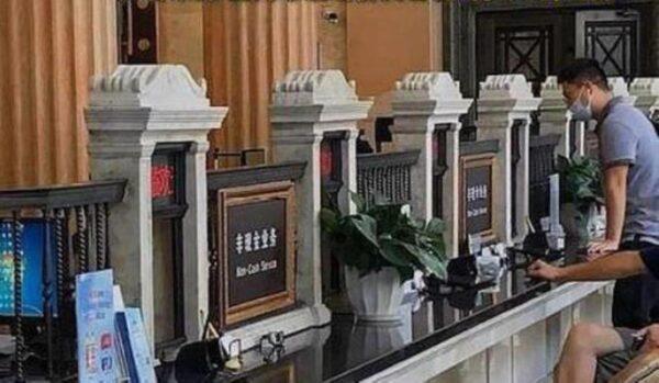 """不只""""殡葬一条街"""" 上海又现""""墓碑式""""银行窗口"""
