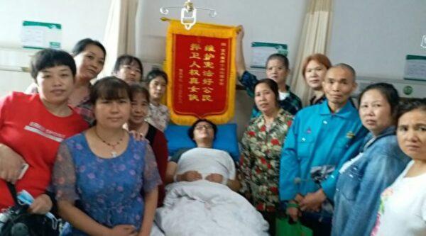 重慶女商販揮刀自衛砍傷城管 民眾送錦旗表彰