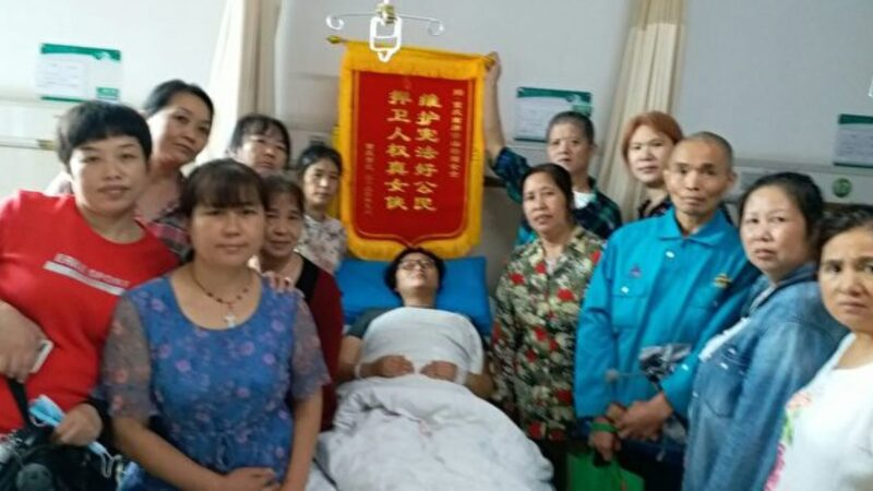 重庆女商贩挥刀自卫砍伤城管 民众送锦旗表彰