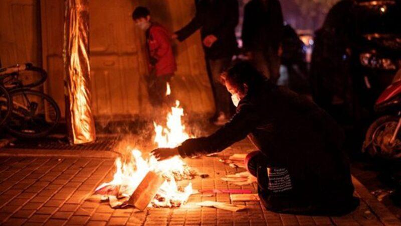 """武汉""""鬼节""""处处烧纸钱 市民:长这么大从未见过"""