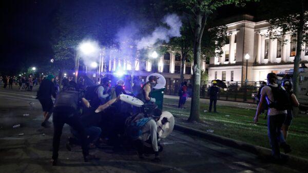 【名家專欄】毛派分子焚燒美國基諾沙市