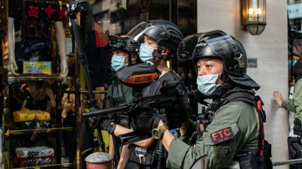 香港九六遊行近300人被捕 警員拖行少男騎壓少女