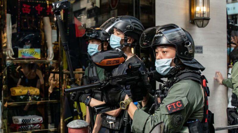 香港九六游行近300人被捕 警员拖行少男骑压少女