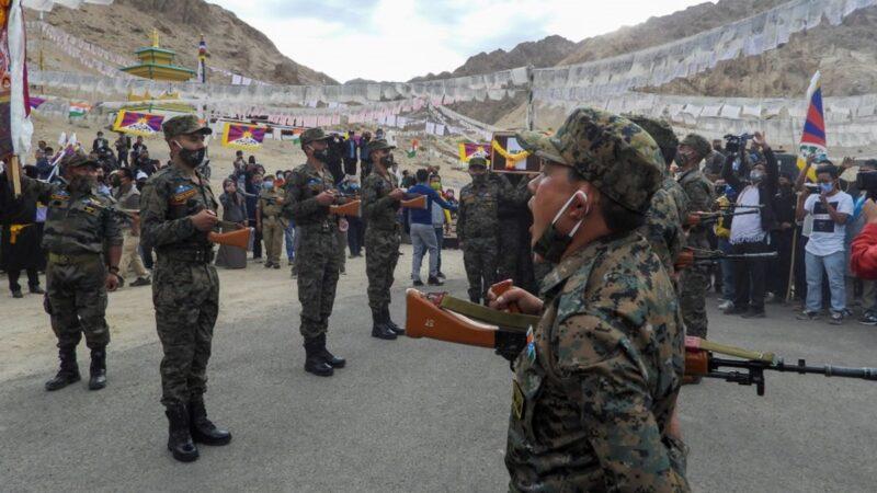 印軍方為陣亡藏裔士兵舉行隆重葬禮 視頻熱傳