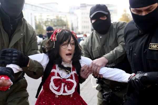 白俄2000妇女上街抗议 300多人被强押上警车