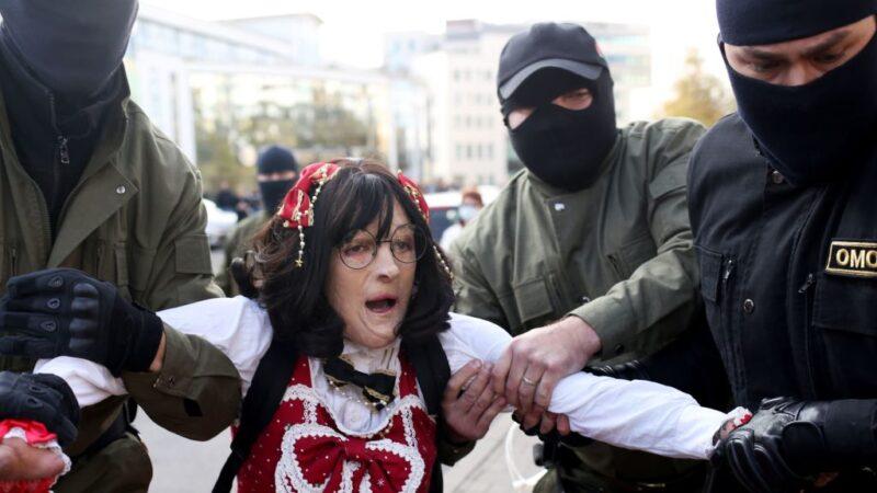 白俄2000婦女上街抗議 300多人被強押上警車