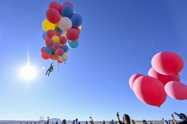 全程直播 魔術師手抓50顆氣球飛上天 成功飛越沙漠