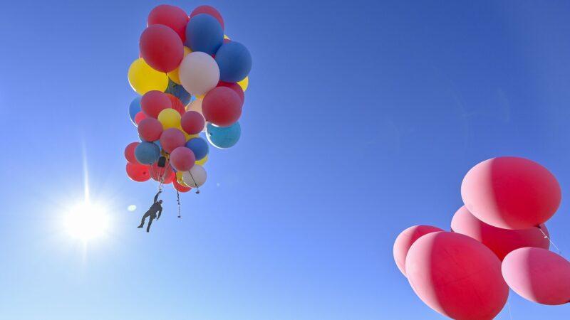 全程直播 魔术师手抓50颗气球飞上天 成功飞越沙漠
