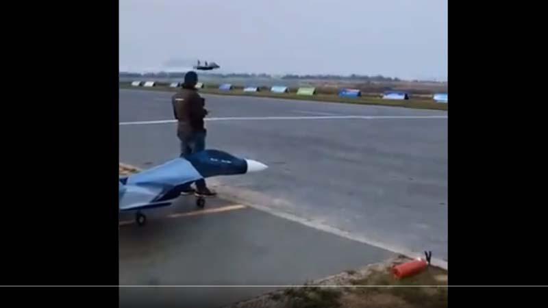 党媒秀军机90度爬升 被揭是遥控飞机模型(视频)