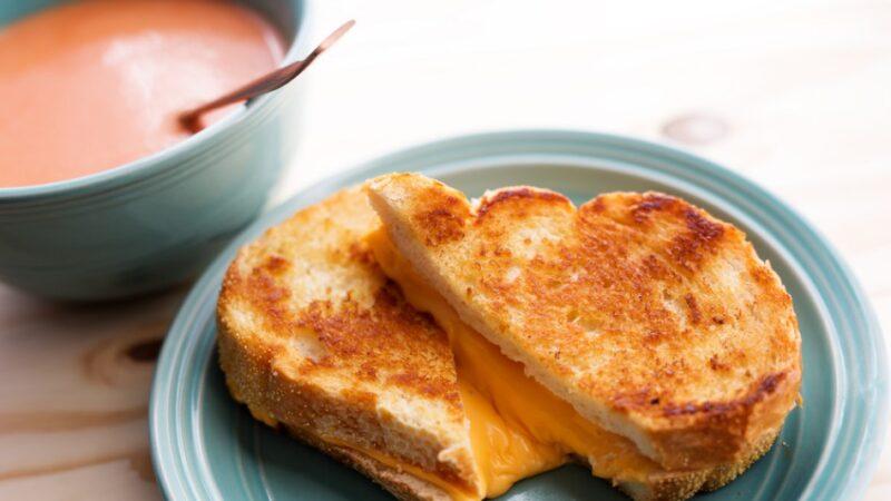 經典烤奶酪和雞蛋三明治配番茄湯(組圖)