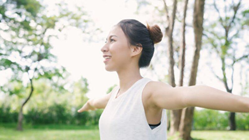 心悸、胃脹是駝背惹的禍 端正姿勢預防一身病