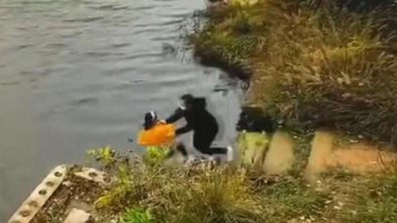 她蹲下绑鞋带遭闺蜜强推入水 南京2女子双双溺亡