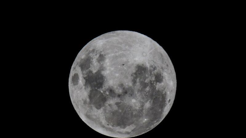 """同天出现 10月31日晚可见""""蓝月""""、""""天王星冲"""""""