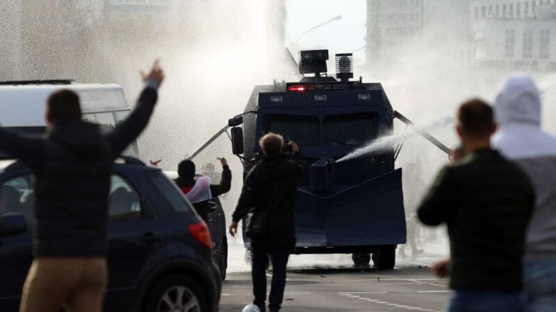 白俄数万人上街遭警水炮驱散 墨克尔接见反对派候选人