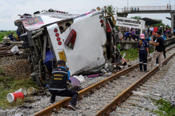 与火车相撞 泰国巴士遭削顶侧翻酿17死29伤