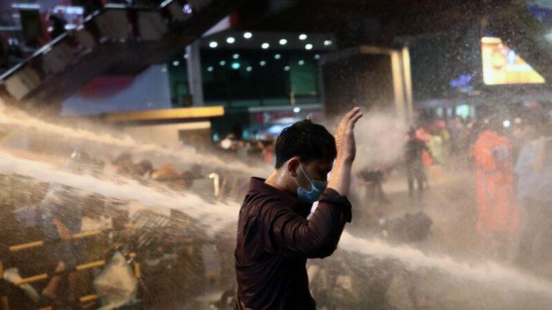 閃電通知 泰國萬名抗議者兵分兩路占路口示威