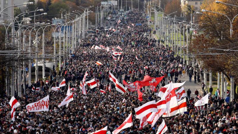 无惧警方扬言开火 白俄数万民众再上街示威