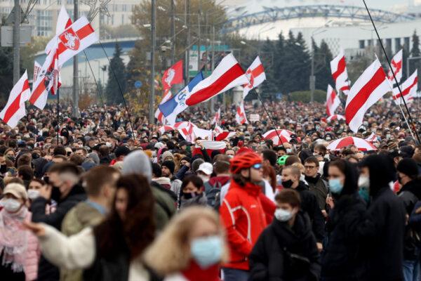 白俄10万人上街示威 卢卡申科重投俄罗斯阵营