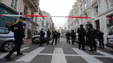 法国再现斩首恐袭三人死亡 各界谴责