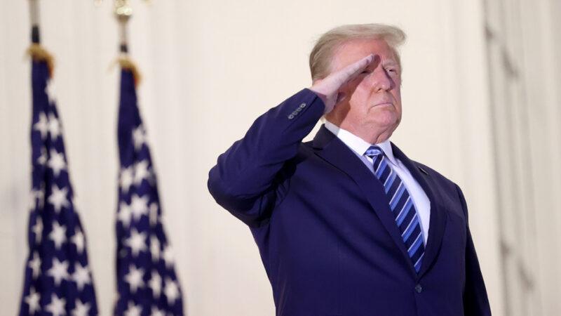 川普返白宮鄭重敬軍禮 「無論如何都會贏!」