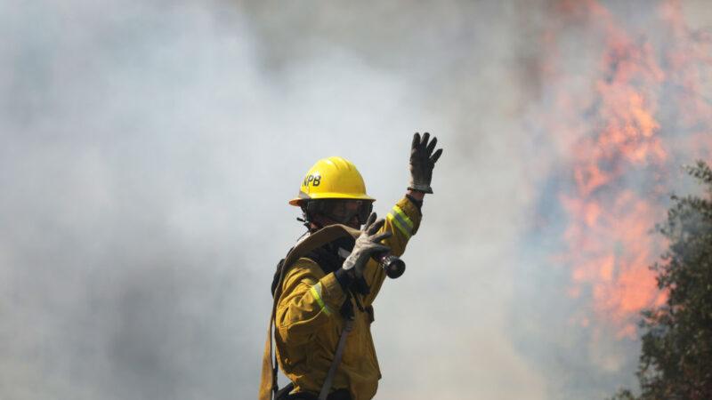 干燥加强风 加州近郊新燃野火 近10万人逃离家园