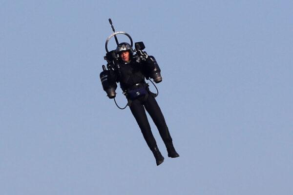 6000英尺高空 華航機組員驚見「空中飛人」