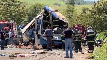 惨不忍睹!巴士和卡车相撞 巴西圣保罗酿41人死亡